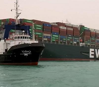 Após 6 dias, navio encalhado no Canal de Suez volta a navegar